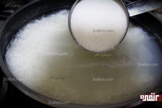 اضافه کردن شکر به برنج پخته