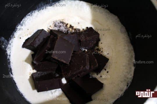اضافه کردن شکلات خرد شده به مخلوط خامه و نسکافه