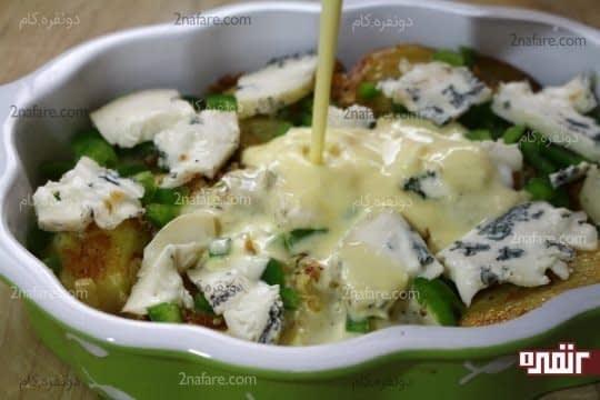 اضافه کردن مخلوط تخم مرغ و پنیر