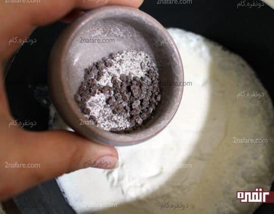 اضافه کردن نسکافه به خامه گرم شده
