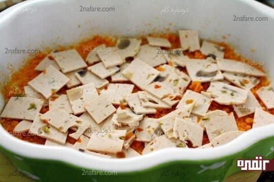 اضافه کردن ژامبون های خرد شده روی پودر سوخاری