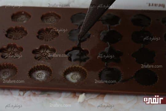 ریختن شکلات تمپر شده در قالب