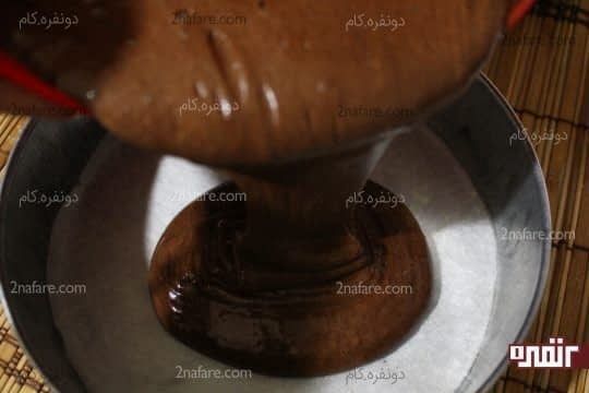 ریختن مایع موکا در قالب