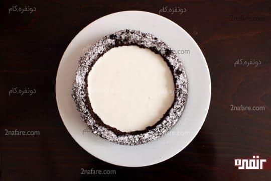 ریختن مایه چیزکیک داخل کیک