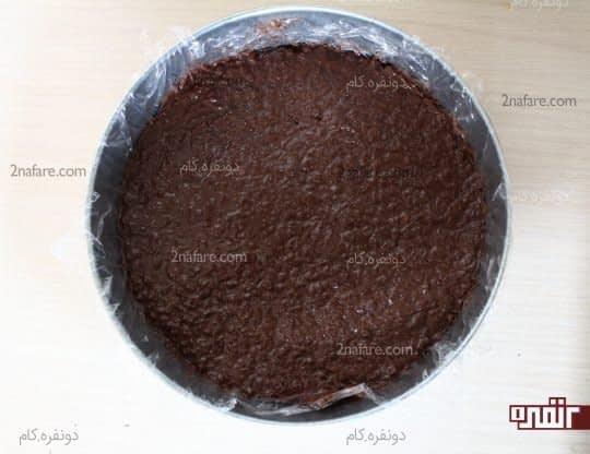 ریختن مخلوط کورن فلکس و شکلات در قالب