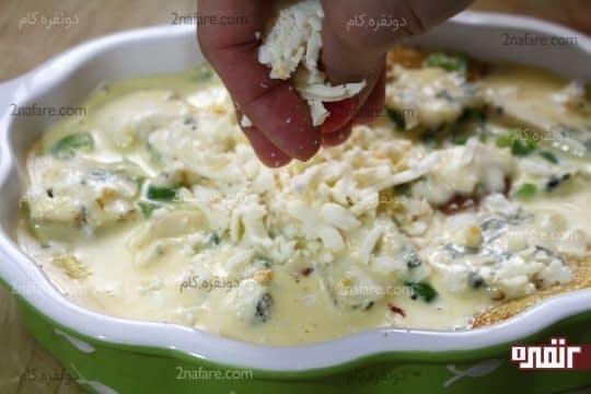ریختن پنیر موزارلا