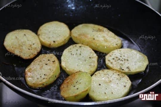 سرخ کردن سیب زمینی همراه با ادویه