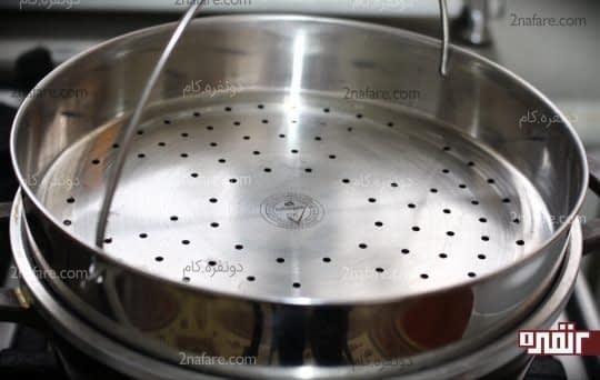 قرار دادن آبکش روی ظرف آب جوش