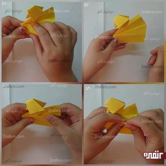 پرهای اردک از دو قسمت تشکیل شده را از روی خط تا به سمت پایین تا کنید