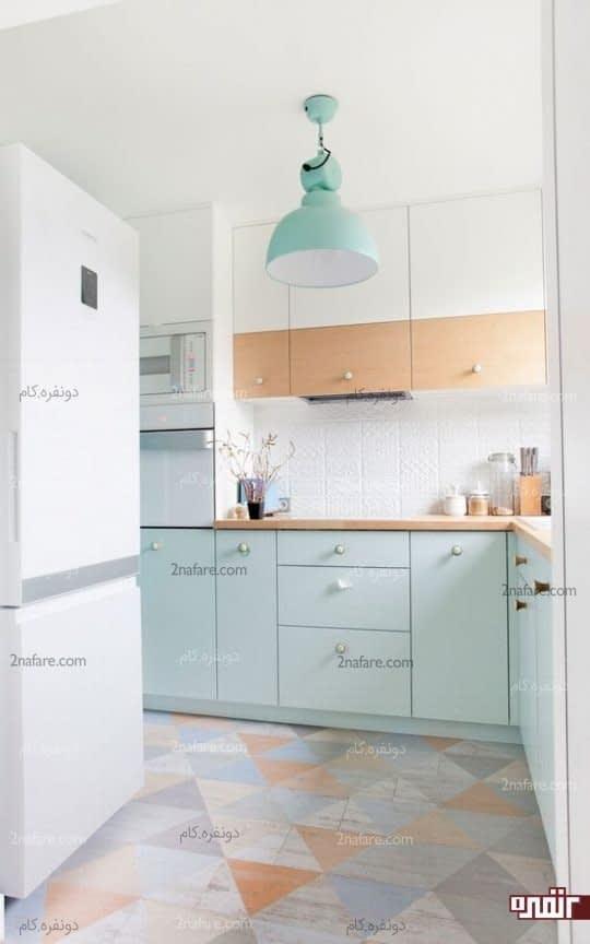 آشپزخانه ای دلباز با بکارگیری رنگ هایی روشن نظیر رنگ چوب و رنگ نعنایی در کنار هم