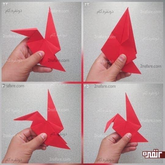 از سمت چپ، مثلث را از وسط باز کنید و خط تای وسط را به سمت پایین و خط تای دو طرف را به سمت بالا بیاورید تا یک مثلث دیگر درست شود