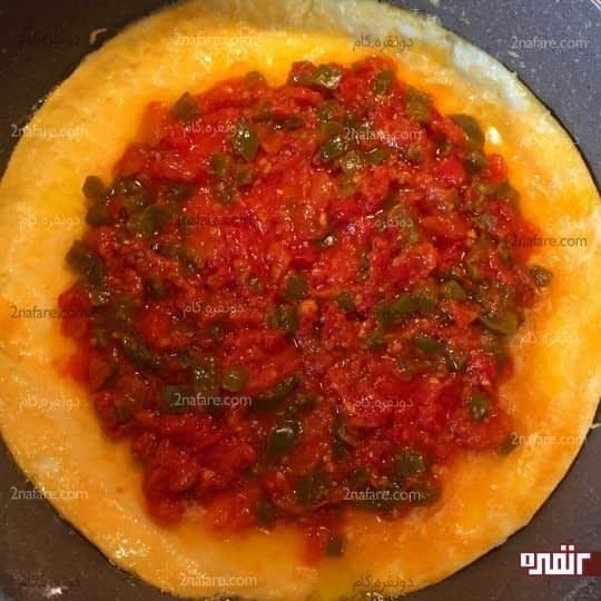 اضافه کردن سس گوجه و فلفل
