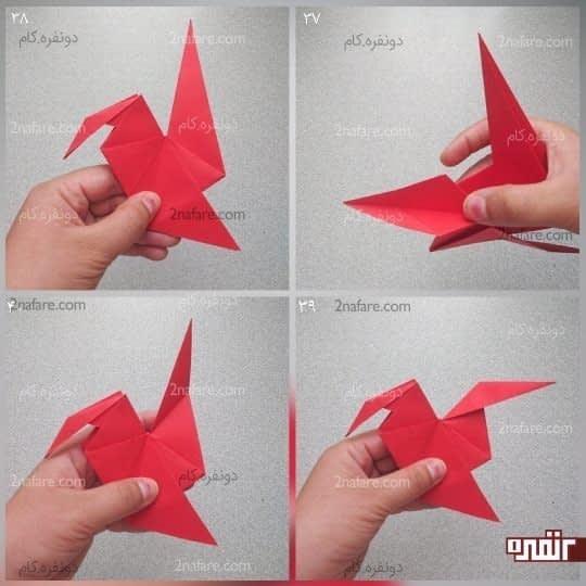تای وسط مثلث کوچک را باز کنید و خط تای وسط و خط تای دو طرف را به سمت بالا بیاورید و تا کنید