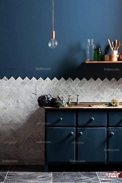 دیوار پوشیده شده از سنگ مرمر، قفسه بندی باز و رنگی جسورانه برای کابینت