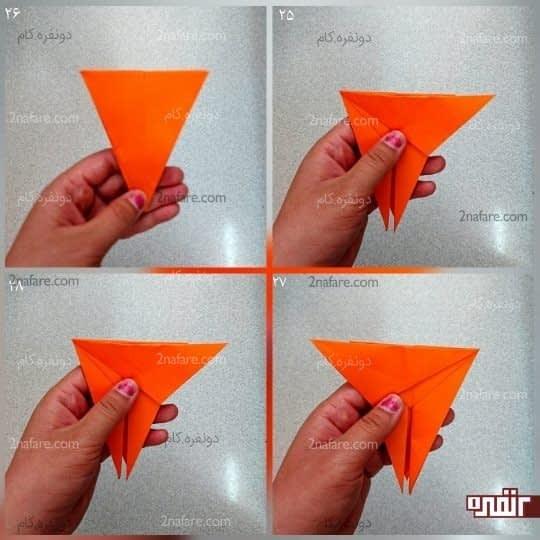 راس مثلث را برعکس مرحله قبل به سمت راست ببرید و روی ضلع بالایی مثلث تا کنید