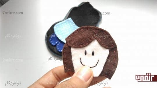چسباندن موها به دو طرف سرش