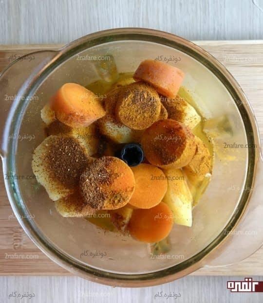 مخلوط کردن سیب زمینی و هویج به همراه ادویه ها