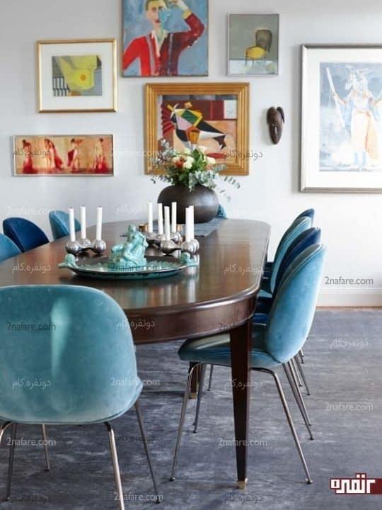 استفاده از رنگ آبی برای صندلی ها در کنار دیواری از آثار هنری