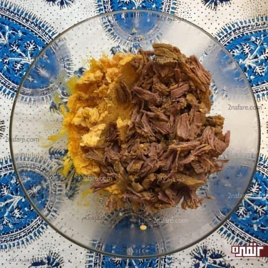 اضافه کردن گوشت به لپه کوبیده