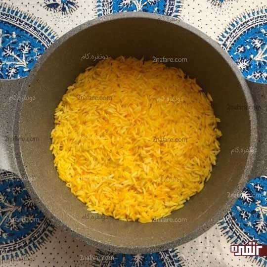 ریختن برنج زعفرانی