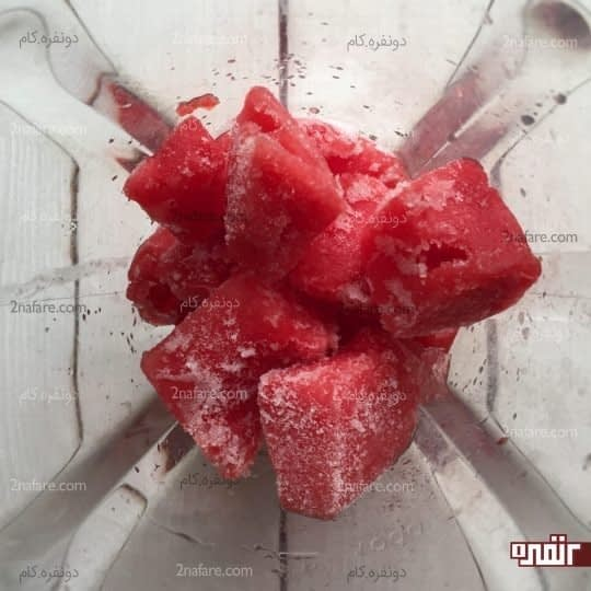 ریختن هندوانه داخل مخلوط کن
