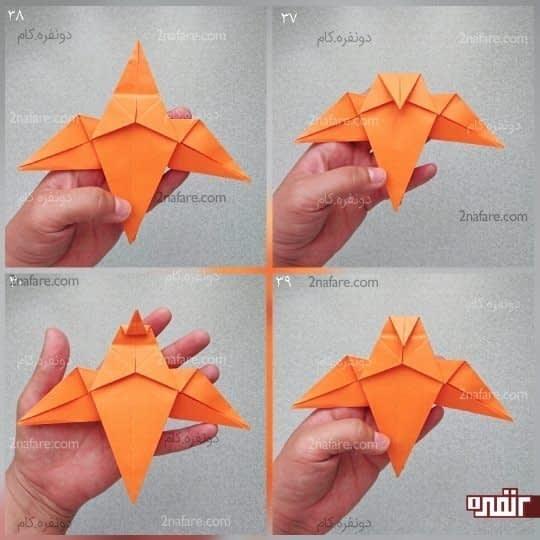 سر دو مثلثی که در روی کار قرار دارد را به سمت پایین تا کنید، طوری که از دو مثلث کمی پایین تر بیاید