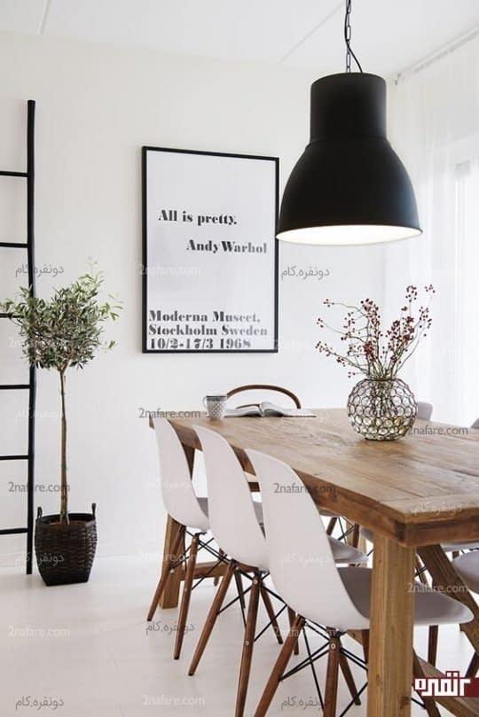 لوستر فلزی و مشکی در تضاد با رنگ سفید صندلی ها