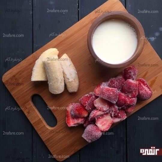 مواد لازم برای تهیه اسموتی موز و توت فرنگی