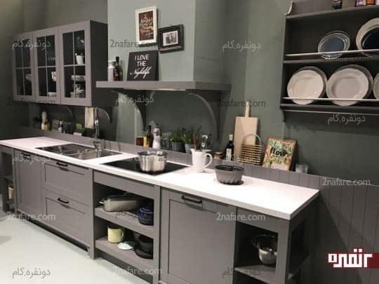 آشپزخانه ای با رنگ خاکستری و کابینت هایی همرنگ دیوار