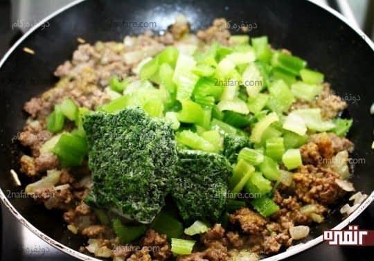 اضافه کردن کرفس های خرد شده به همراه سبزی معطر