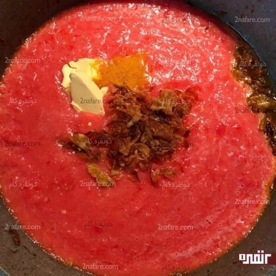 اضافه کردن گوجه فرنگی پوره شده