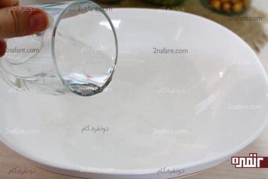 ریختن آب ولرم در ظرف