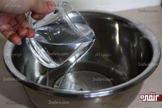 ریختن آب ولرم