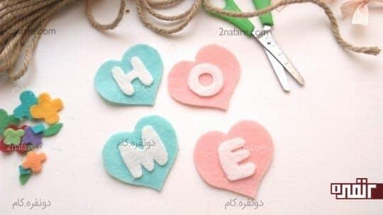 چسباندن حروف روی قلب های نمدی