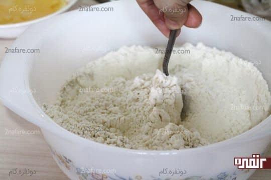 مخلوط کردن نمک و آرد با هم