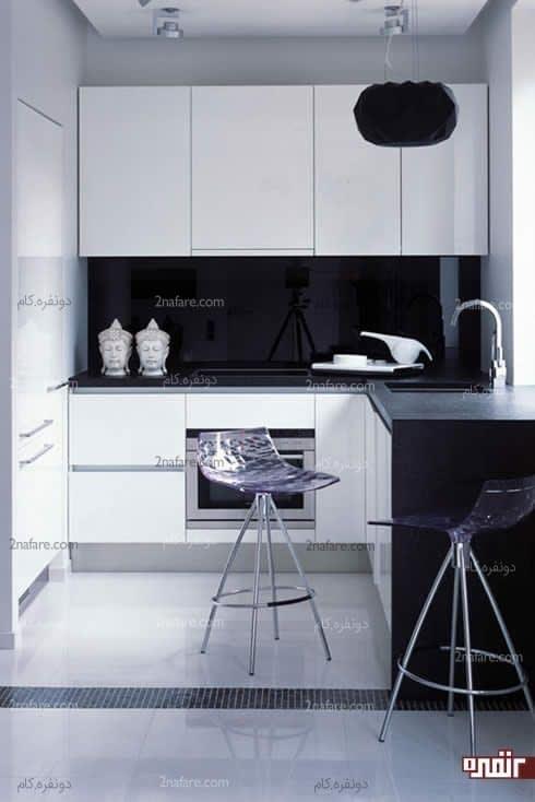 آشپزخونه ای کوچیک و تلألوی نور سفید در کنار دیوارمشکی