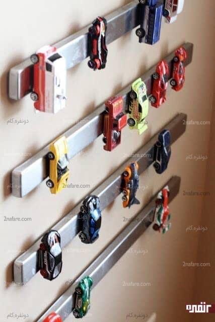 آویز کردن مگنتی ماشین ها برای مرتب کردن اتاق پسرها