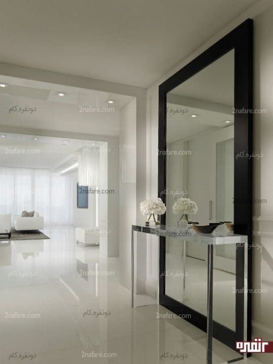آینه ی دیواری بزرگ با فریم مشکی در دیزاین سفید دکوراسیون
