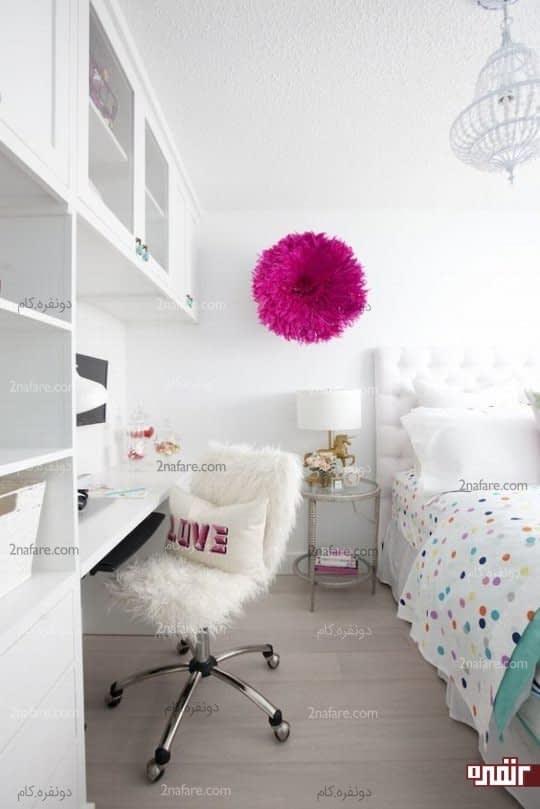 اتاق خوابی تمیز با میزی ظریف