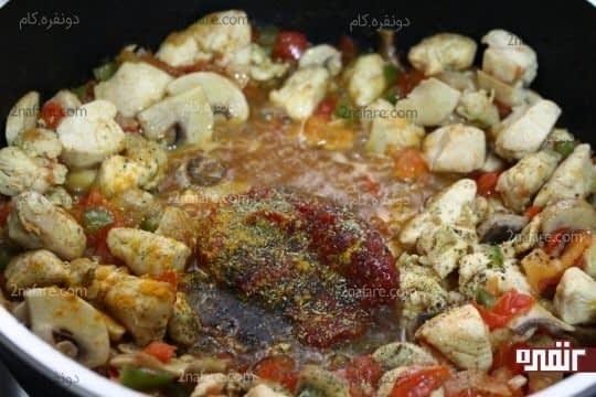 اضافه کردن رب گوجه فرنگی و نمک و ادویه ها