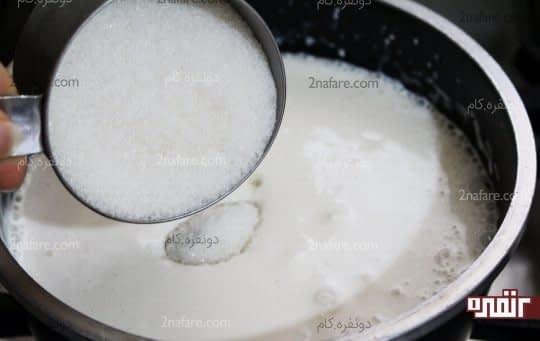 اضافه کردن شکر به مخلوط شیر و خامه