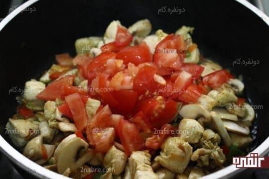 اضافه کردن گوجه فرنگی فیله شده