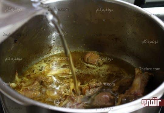اضافه کردن گوشت های قیمه ای شده به پیاز در حال تفت