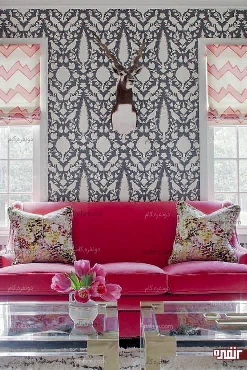 انتخاب جسورانه ی مبل سرخابی رنگ در مقابل دیواری با کاغذ دیواری مشکی و سفید