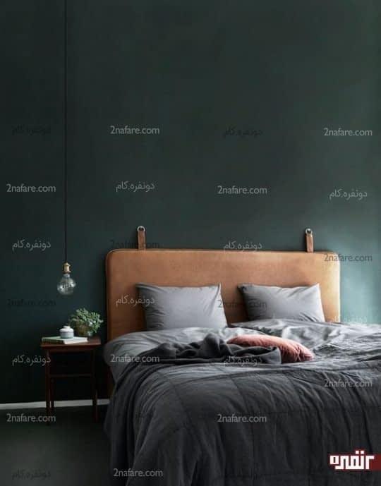تخت خواب چرم و دیوار سبز تیره