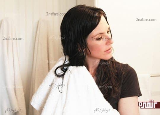 آبگیری مو با حوله قبل از زدن ماسک مو