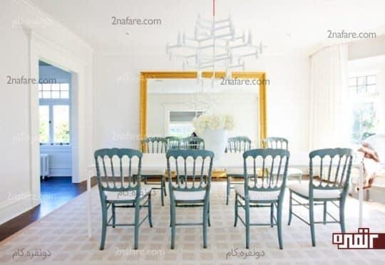 دیزاین سفید اتاق نهارخوری با صندلی های آبی
