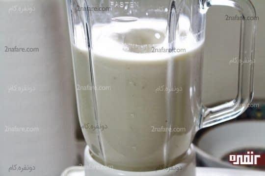 روشن کردن دستگاه و مخلوط کردن موز و شیر