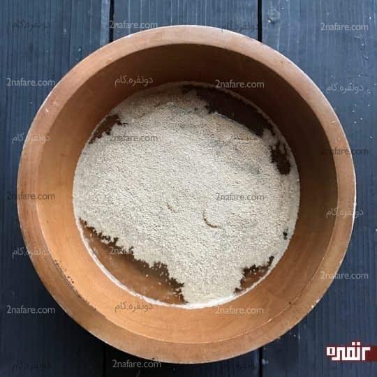ریختن خمیر مایه در آب