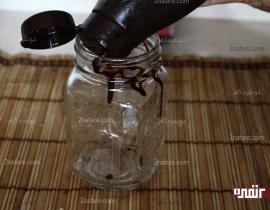 ریختن سس شکلاتی داخل دیواره های لیوان